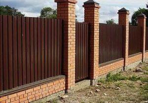 Как построить забор из профлиста своими силами?